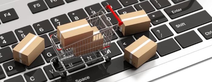 Tastatur mit einem Einkaufswagen und gelieferten Paketen