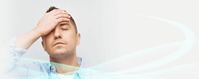 Mann hält seinen Kopf und möchte auf Kopfschmerzen hinweisen